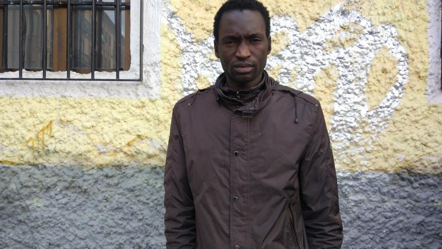 Modou tiene 29 años y se gana la vida vendiendo artículos en la manta