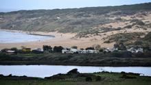 Los defensores de la playa virgen de Tarifa vuelven a levantarse, ocho años después, contra el ladrillo en la costa