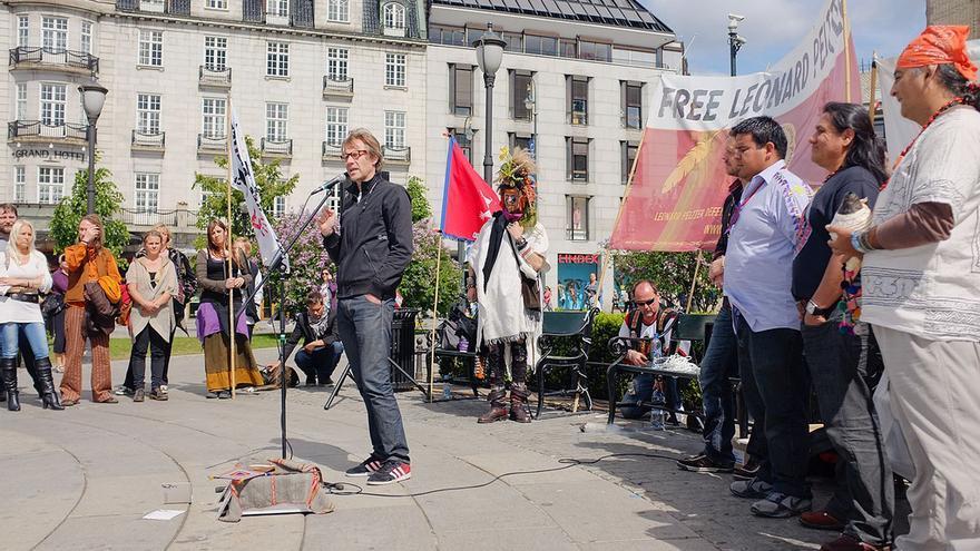 Manifestación por la libertad de Leonard Peltier frente al parlamento de noruega el 25 de mayo de 2011 ® Kal A licencia /by-nc-nd/2.0 via flickr