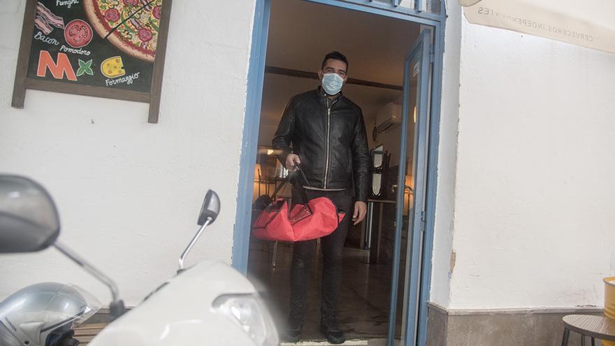 Un camarero del Munda comienza su ronda de reparto |TONI BLANCO