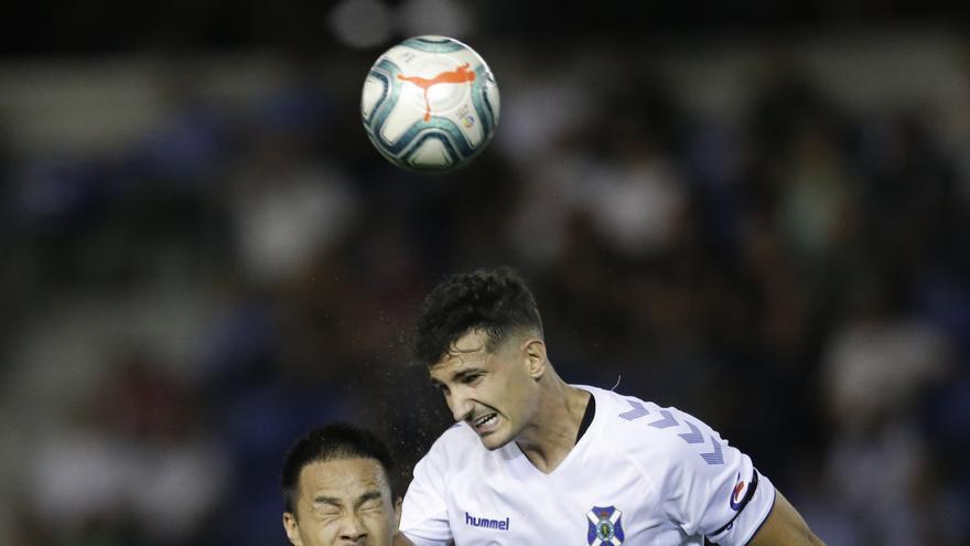 Álex Muñoz en una jugada del Tenerife-Huesca del pasado sábado.