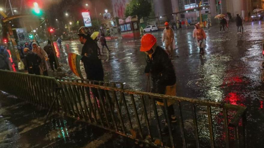 Ciudadanos contrarios a Evo Morales bloquean una calle este domingo en La Paz (Bolivia).