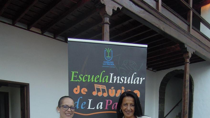Susana Machín, consejera de Educación del Cabildo de La Palma, y Milagros Martín, directora de la Escuela Insular de Música de La Palma.