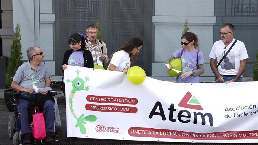 Representantes de la Asociación Tinerfeña de Esclerosis, concentrados frente al Cabildo de Tenerife
