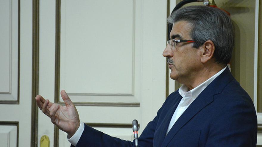El presidente de Nueva Canarias, Román Rodríguez, en el Parlamento de Canarias