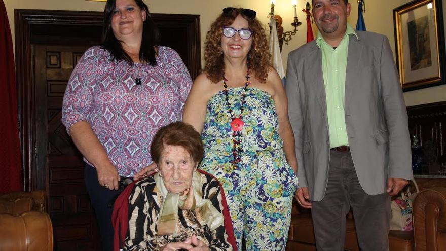 Doña Celia Herrera Francisco, con su hija Milagros Machín (centro), la concejal de Bienestar Social, Gazmira Rodríguez, y el alcalde, Juan José Cabrera.