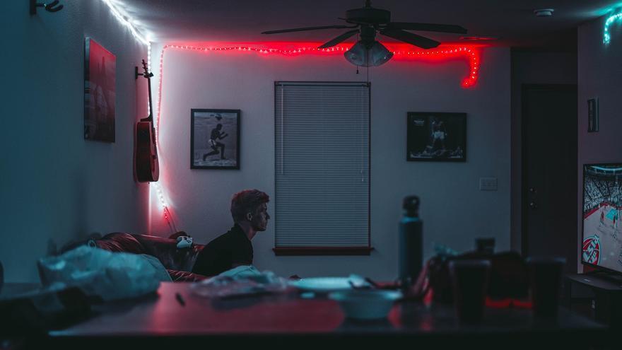 Un chico jugando a videojuegos en su habitación