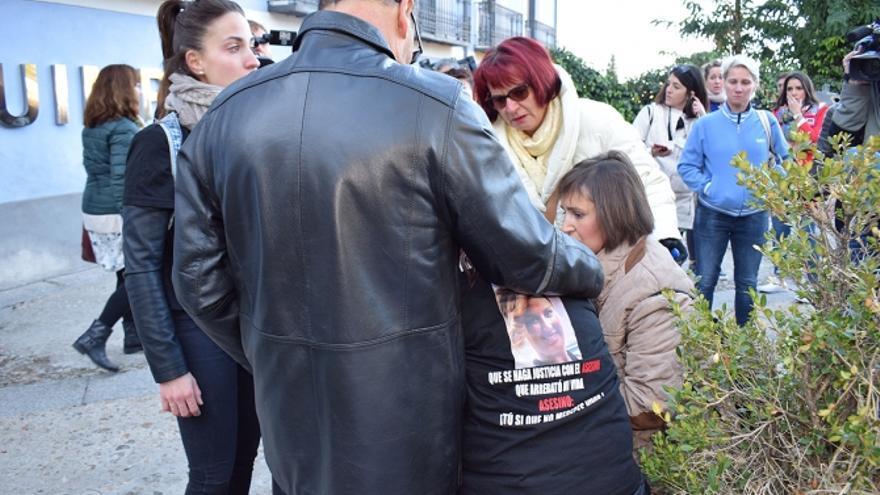 Familiares de Laura del Hoyo a las puertas de la audiencia provincial de Cuenca