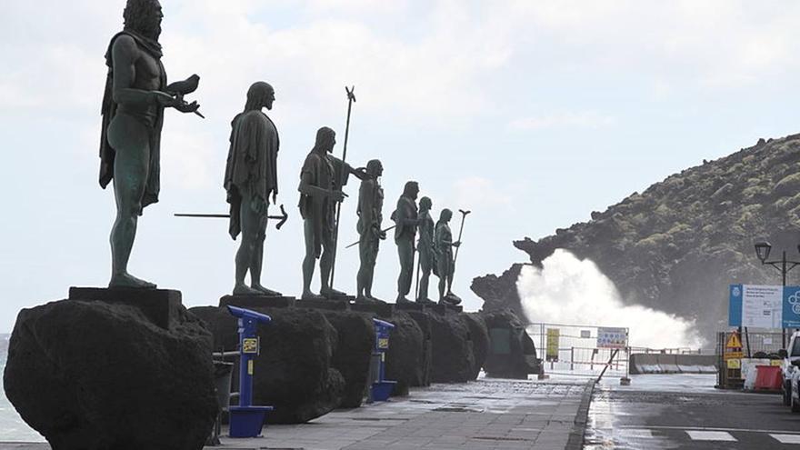 El Ayuntamiento de Candelaria retira dos de las esculturas de los Menceyes por riesgo de hundimiento