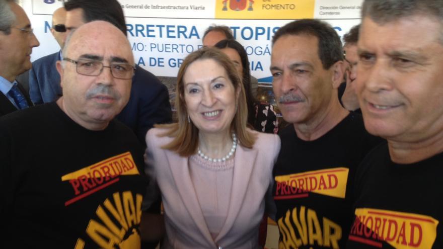 Ana Pastor con miembros del Foro Roque Aldeano en marzo de 2013.