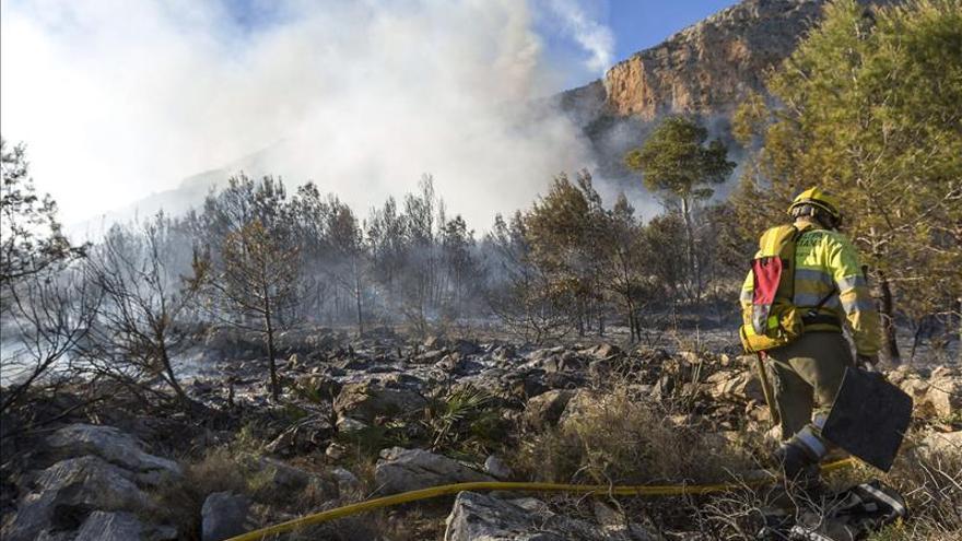 Controlado el incendio del Parque Natural del Montgó en Xàbia (Alicante)