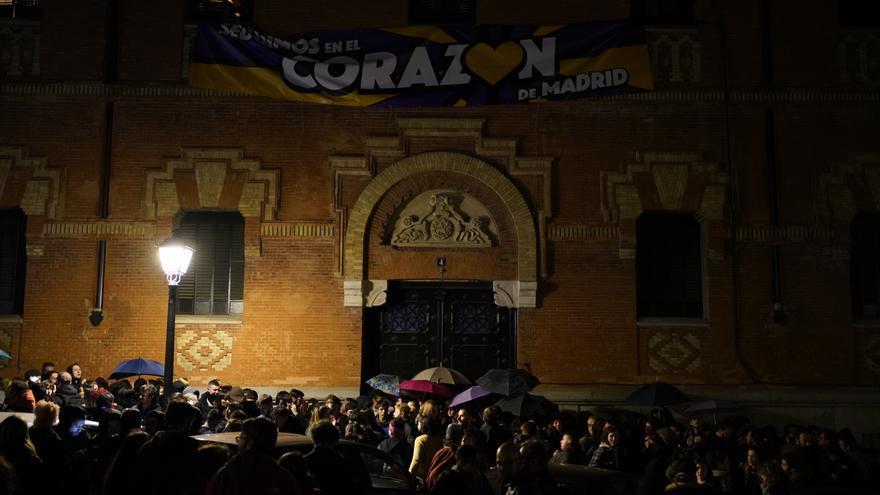 """Miembros de La Ingobernable reunidos bajo una pancarta con el lema """"Seguimos en el corazón de Madrid""""."""