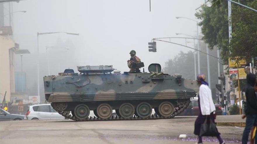 Un tanque bloquea la calle del Parlamento en Harare (Zimbabue) este 15 de noviembre.