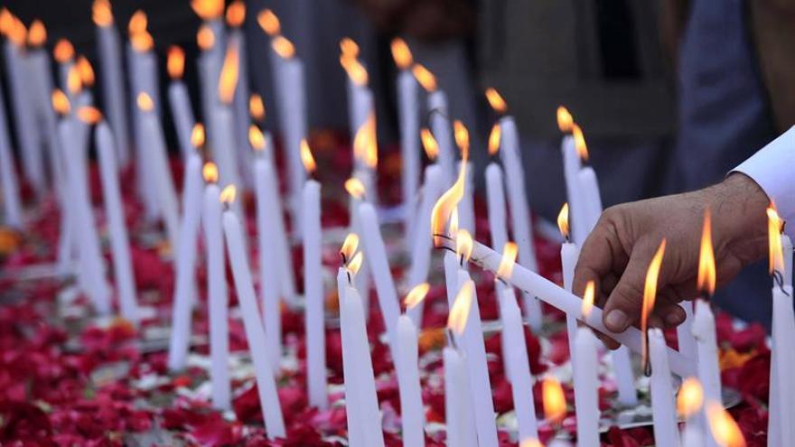 Pakistán promete acabar con el terrorismo en el aniversario de la matanza en un colegio