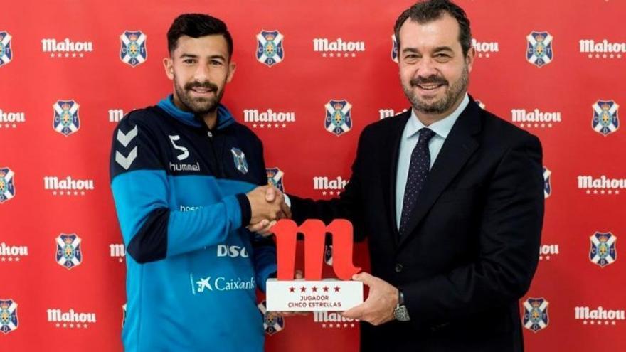 El brand manager de Mahou San Miguel en Canarias, Rafael González-Coviella, hace entrega a Alberto Jiménez el galardón de Jugador Cinco Estrellas del mes de diciembre