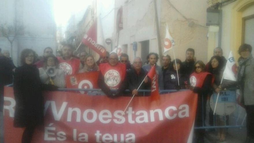 """Trabajadores reciben a Fabra a su llegada a Ibi (Alicante) al grito de """"dimisión"""" y """"da la cara"""""""