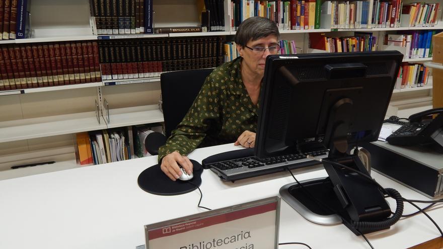 Matilde Martín, una de las bibliotecarias que responden a las preguntas de los usuarios.