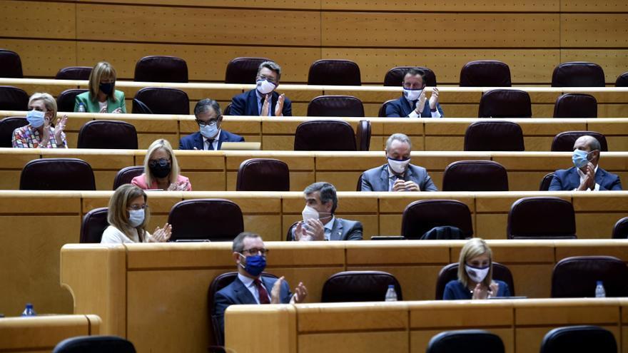 La bancada de los senadores del PP aplaude durante un pleno en la Cámara Baja, en Madrid (España).