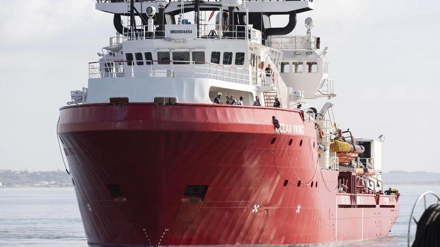 """La tensión crece en el barco humanitario """"Ocean Viking"""", que gestiona SOS Mediterranée, con 180 rescatados del mar que esperan desde hace una semana poder desembarcar, hasta el punto de que algunos han amenazado con tirarse por la borda."""