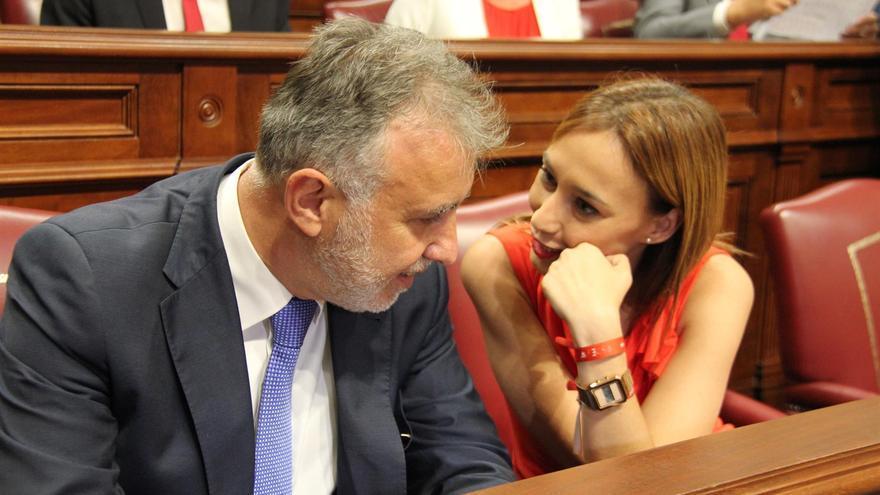 El presidente del Gobierno de Canarias, Ángel Víctor Torres, junto a la nueva presidenta del grupo socialista en el Parlamento, Nira Fierro.