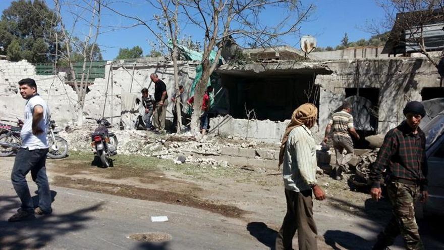 Decenas de familias salen de los barrios cercados de Alepo por los corredores