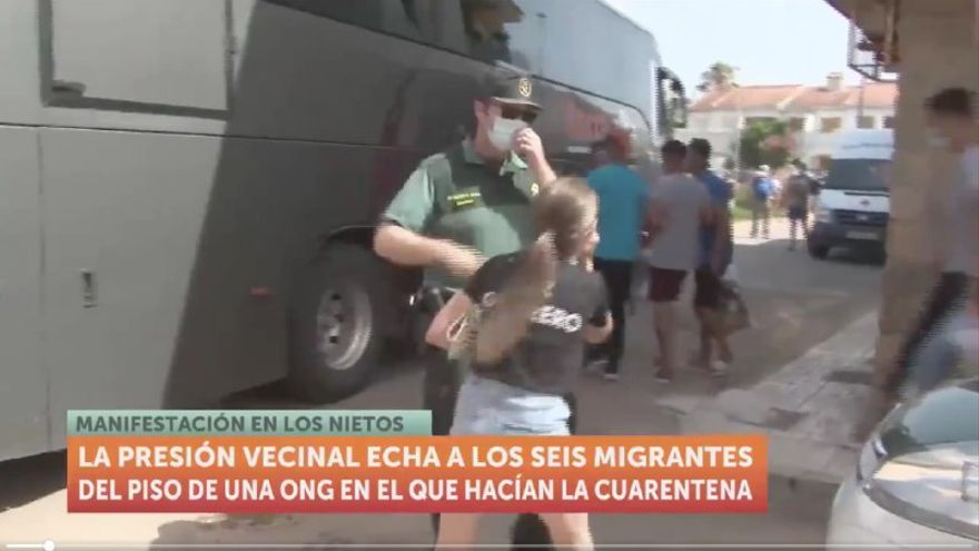 Una vecina increpando a los migrantes argelinos durante su traslado