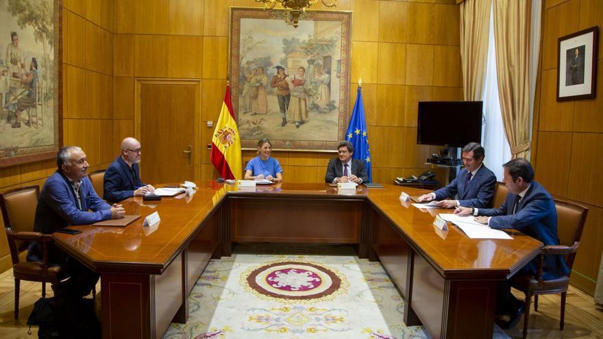 Los ministros de Trabajo y de Seguridad Social, Yolanda Díaz y José Luis Escrivá, firman el acuerdo para ampliar los ERTE con los líderes sindicales de CCOO y UGT y los responsables de las patronales CEOE y Cepyme.
