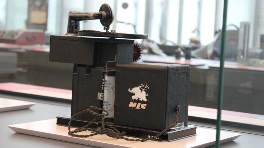 Un proyector de Cine NIC expuesto en el Museo Nacional de Ciencia y Tecnología de A Coruña