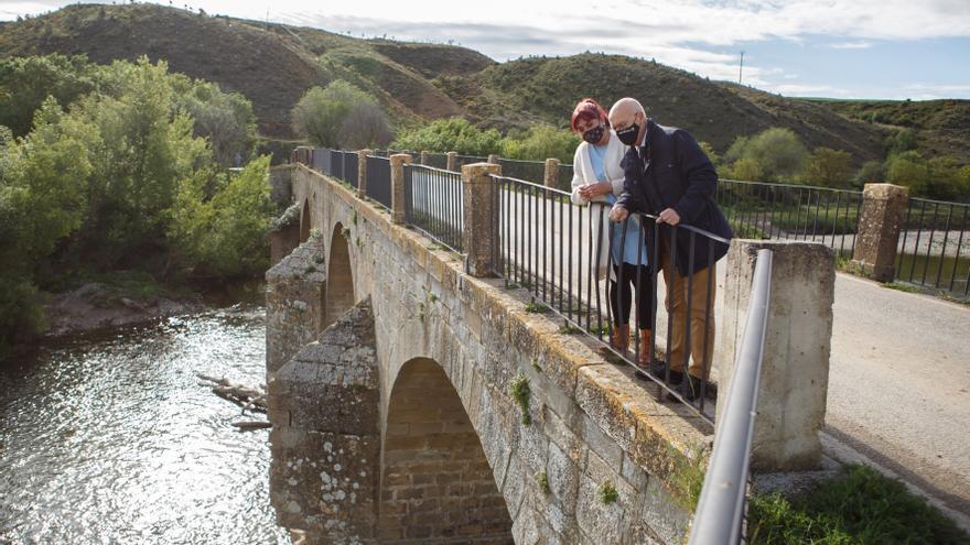 La alcaldesa de Mendigorría, Eunate López, y el consejero Ciriza, durante la visita.