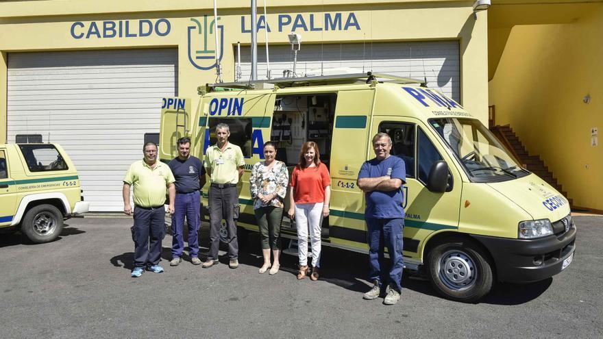 Carmen Brito y Nieves Lady Barreto, con miembros del Cecopin, en el acto de entrega del vehículo.