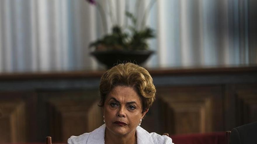 Un día después de ser suspendida, Rousseff sigue convencida de que volverá