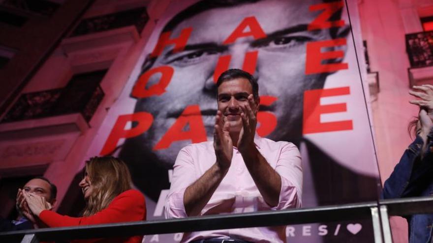 Pedro Sánchez aplaude a los militantes del PSOE que le recibieron en la calle Ferraz la noche de elecciones.