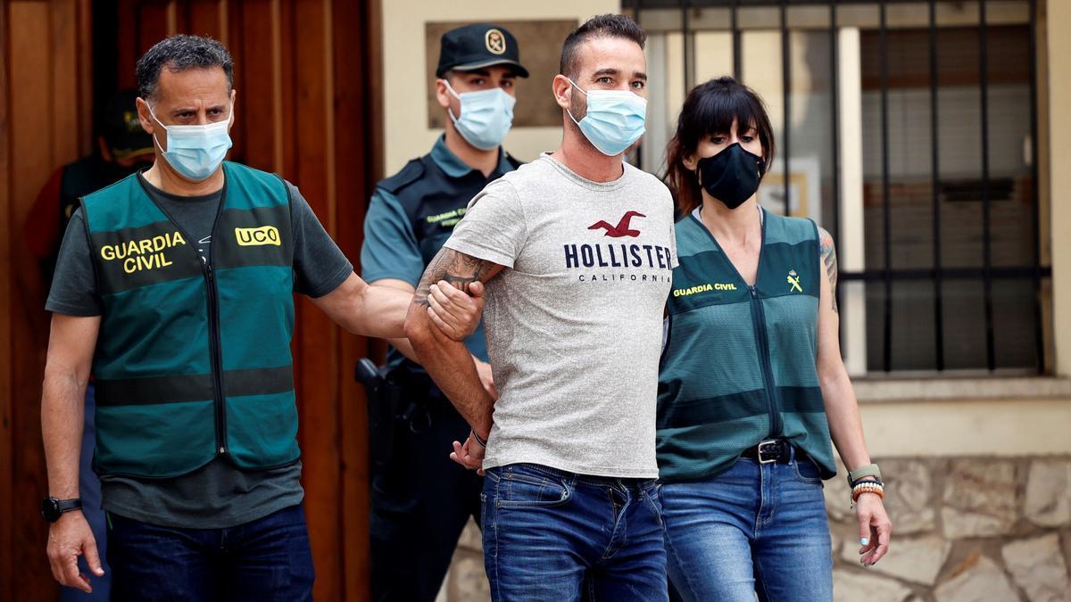 David S.O., sospechoso del asesinato de la joven Wafaa Sebbah, es conducido por agentes de la Guardia Civil. EFE/Biel Aliño