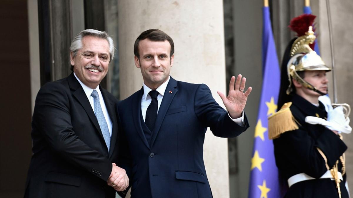 Alberto Fernández con el presidente francés, Emmanuel Macron, en su visita a Francia en mayo de este año.