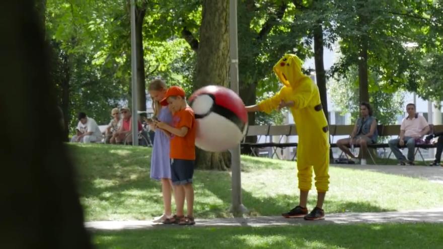 Un Pikachu caza dos niños
