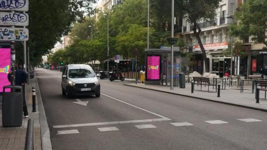 Un coche circula este domingo por la calle Fuencarral sin peatonalizar | @VILANCHY