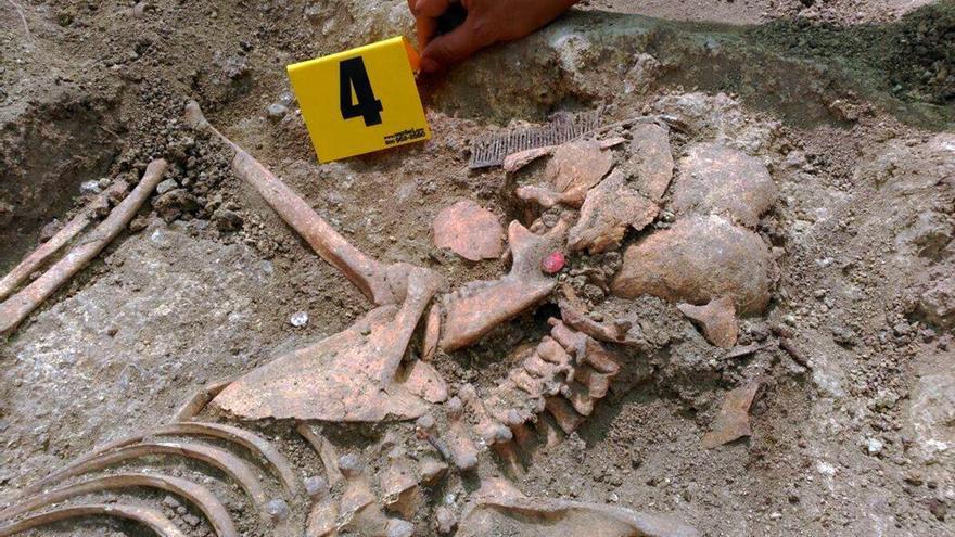 Uno de los cuerpos enterrados en la fosa gaditana. / ARMH