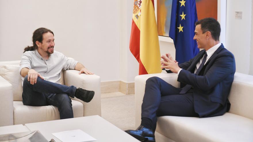 El presidente del Gobierno, Pedro Sánchez, junto con Pablo Iglesias