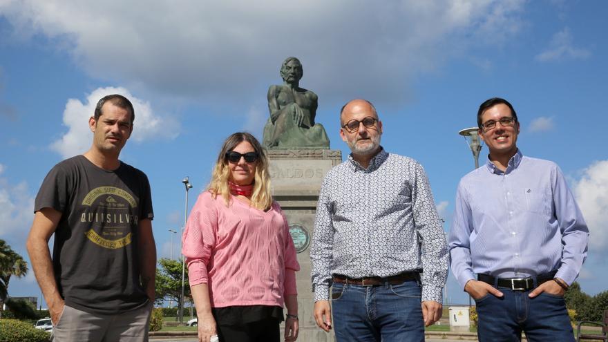 José Antonio González, guionista, Marta de Santa, productora, Luis Roca, director y guionista, y Haliam Pérez, ayudante de dirección de la película 'Benito Pérez Buñuel', ante la estatua de Pérez Galdós en Las Palmas de Gran Canaria.