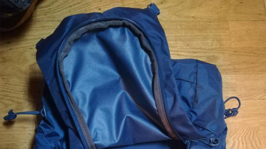 Parte frontal donde vemos el bolsillo con cremallera de acceso al interior
