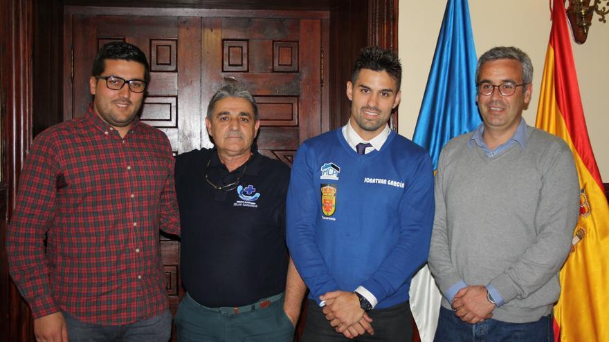 Jonathan García con las autoridades municipales.