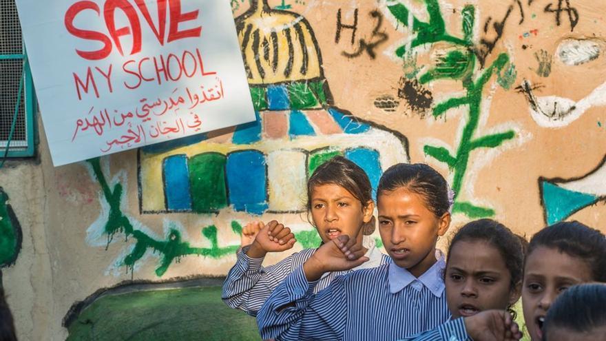Niñas de la escuela de Khan al Ahmar piden que salven su escuela.