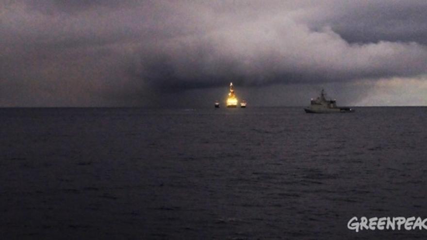 El 'Rowan Reinassence' de Repsol, escoltado por un buque de la Armada Española, en una imagen tomada desde el barco de Greenpeace 'Artic Sunrise'. (GREENPEACE)