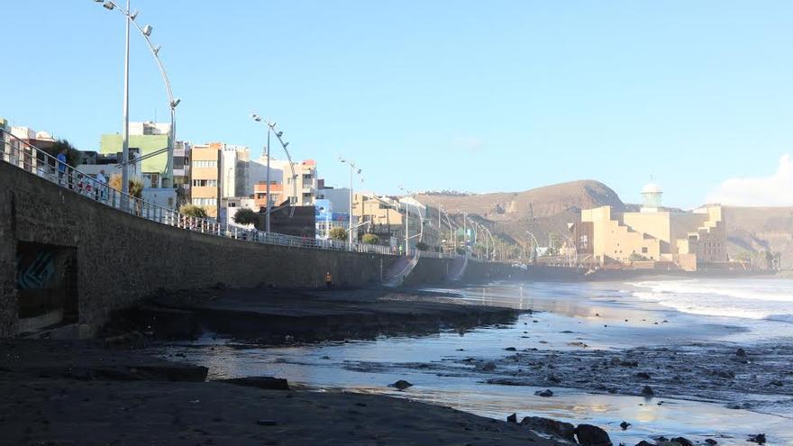 La playa de Las Canteras, tras el temporal de este martes. (ALEJANDRO RAMOS)