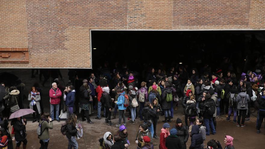 Los alrededores del centro social La Ingobernable, que ha servido de punto de reunión este 8M / Olmo Calvo