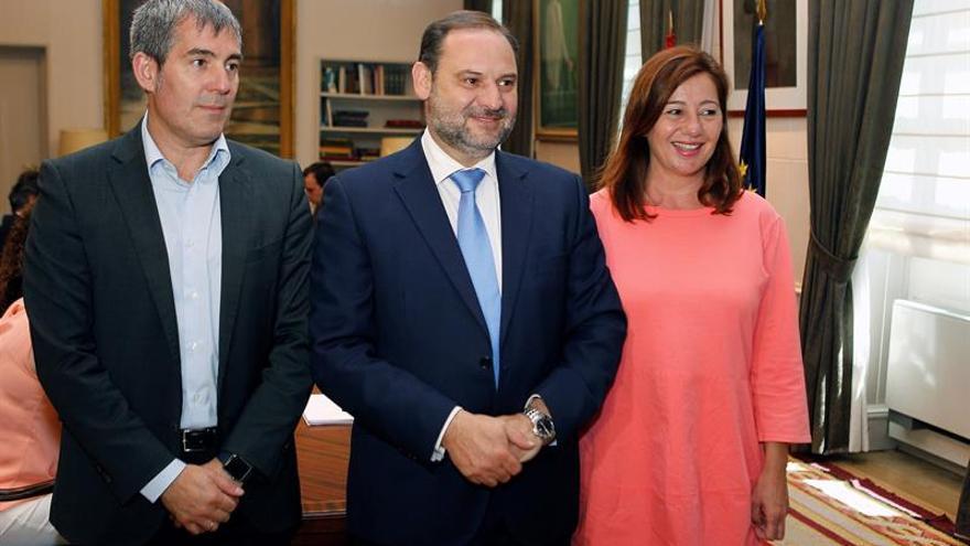 El ministro de Fomento, José Luis Ábalos, recibe a los presidentes de Canarias, Fernando Clavijo, y Baleares, Francina Armengol. EFE/Victor Lerena