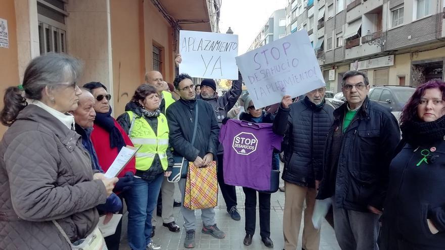 Un grupo de personas concentradas a las puertas de la casa de Marcia y Miguel