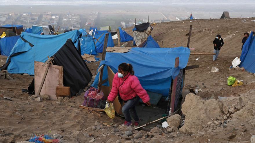 La Policía desaloja a pobladores que ocuparon zona desértica en Lima