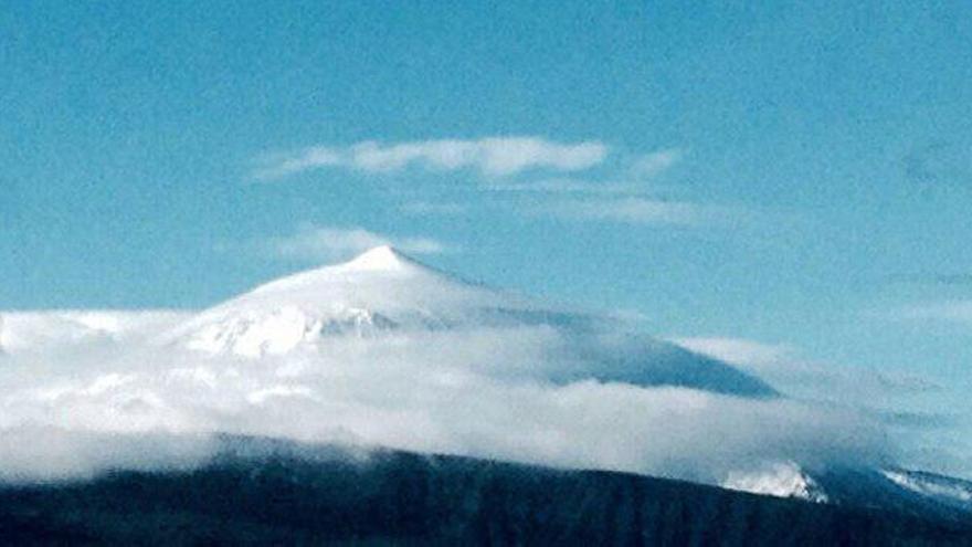 Panorámica del Teide nevado. (Parque Nacional del Teide)