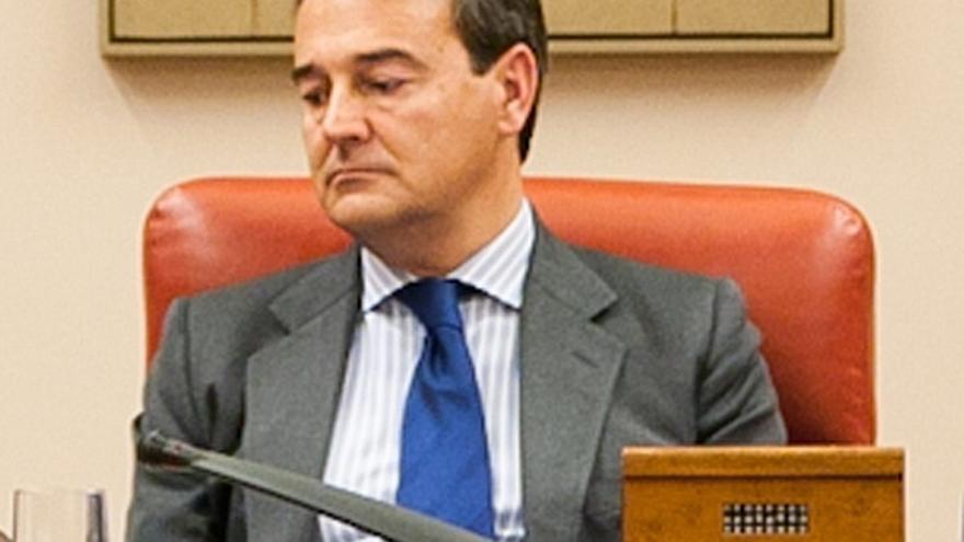 El PSOE exige al Congreso investigar el asesoramiento de Agustín Conde al Santander por exceder de lo autorizado
